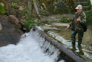 Dlhoročný rybár Ivan Maurer počas lovu na potoku Chvojnica.