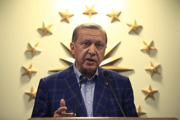 Turci v referende schválili Erdoganove zmeny.