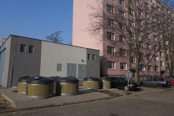 Kontajnery na Jiráskovej ulici na sídlisku Linčianska.