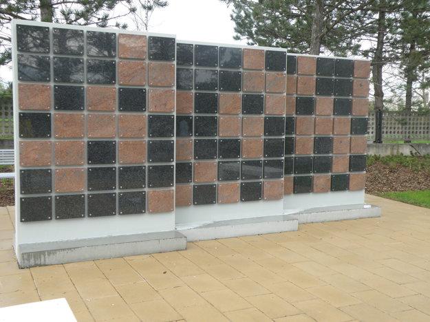 Spomienková stena s epitafnými doskami.