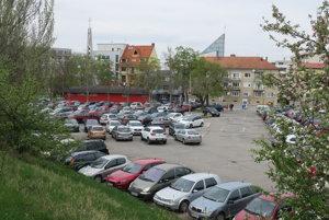 Najväčšie parkovisko na Nálepkovej, tesne vedľa Krajinského mosta. Býva plné takmer každý deň, fungujú tam závory a vrátnik.