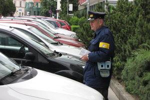 Lístky donedávna kontroloval dôchodca. Mesto ho vraj prepustilo. Viac zapojili mestských policajtov.
