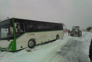 Pri Kravanoch vyťahovali aj autobus.