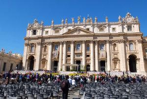 Pápežský baldachýn (v pozadí) pripravený na generálnu audienciu.