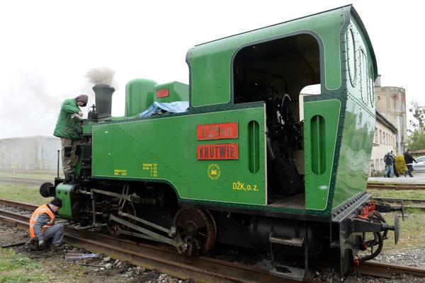 Parná lokomotíva Krutwig, v ktorej zakúrili po prvýkrát po zimnej prestávke.