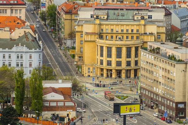 Pohľad na Vajanského nábrežie s budovou Univerzity Komenského na Šafárikovom námestí v Bratislave.