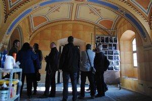 V obnovenej synagóge.
