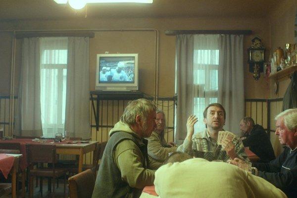 Jakub Žáček hrá roky divadlo, pôsobil vo viacerých českých súboroch, účinkoval vo filmoch (V tieni, Stratení v Mníchove), je známym improvizátorom a moderátorom. V najnovšom filme Schmittke sa zžil s ospalým životom dedinky na hrebeni Krušných hôr. V krčme U Bobra strávil niekoľko dni s miestnymi štamgastami. Oplatilo sa.