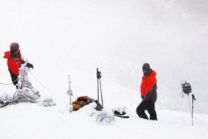 Príprava horských záchranárov na odstrel lavíny.