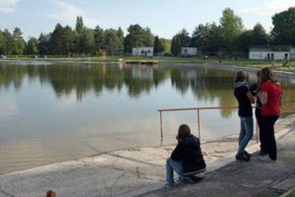 Kúpanie v jazere na plážovom kúpalisku v Bojniciach nie je dovolené ani tento rok.