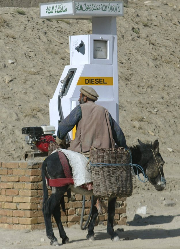 Iný kraj, iný mrav. Na našich pumpách väčšinou tankujeme plnú nádrž auta, v Afganistane tankujú somára. Samozrejme, vodou.