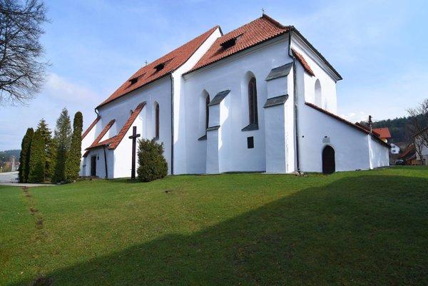 Kostol antonitov z konca 13. storočia bez veže v centrálnej časti obce Dravce.