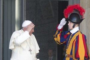 Pápež František zdraví príslušníka Švajčiarskej gardy.
