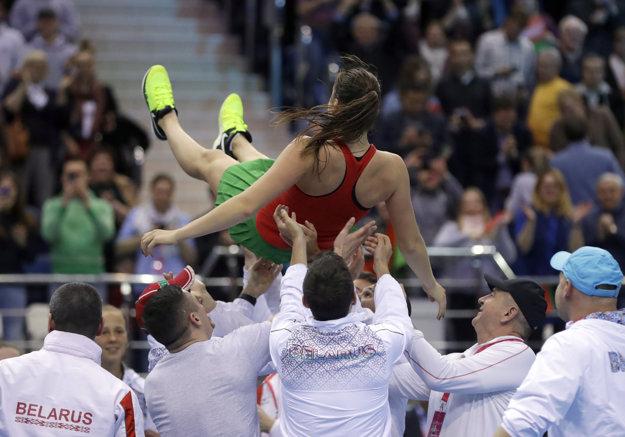 Bieloruská tenistka Aryna Sabalenková (hore) sa raduje s tímom z víťazstva nad Švajčiarkou Viktorijou Golubičovou.