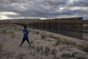 V niektorých častiach americko-mexickej hranice už plot stojí.
