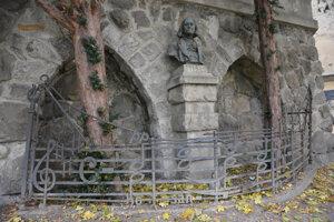Busta Franza Liszta z roku 1911, ktorá sa nachádza pri Dóme Sv. Martina za kovovým plotom ozdobeným notami z Korunovačnej omše Franza Liszta.