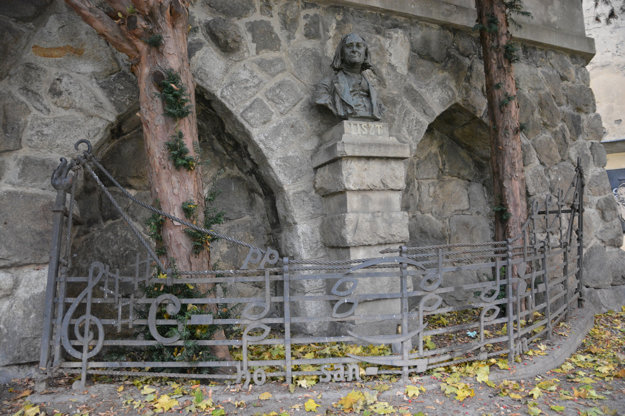 Pamätník Franza Liszta zroku 1911, ktorý sa nachádza pri Dóme Sv. Martina za kovovým plotom ozdobeným notami zKorunovačnej omše Franza Liszta.