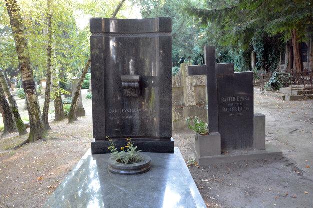 Hrob Jána Levoslava Bellu na Cintoríne pri Kozej bráne.