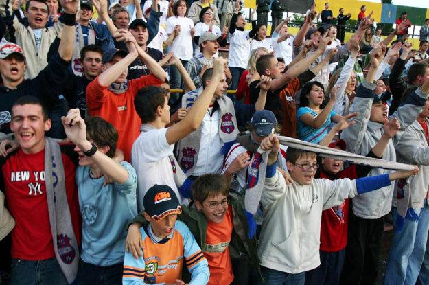 Na Pasienkoch oslavovali stovky fanúšikov FC ViOn - muži, ženy aj deti.