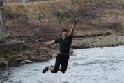 Pretekárov čakajú náročné prekážky, okrem iného aj 20-metrový úsek po zavesených kruhoch.