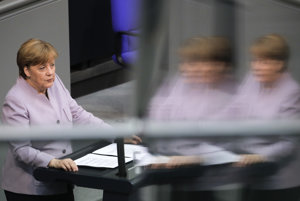 Merkelovej kresťanskí demokrati si v prieskumoch udržiavajú náskok