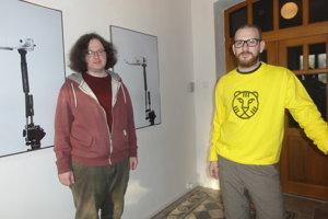 Zľava Lukáš Jahoda a Tomáš Kajánek pri zbraniach s dvoma hlavňami vyrobenými 3D tlačou.