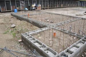 Na stavbe pracujú dobrovoľníci len cez víkendy.