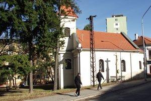 Vo vnútrobloku za kostolíkom na Párovciach chce mesto revitalizovať zeleň aj obnoviť lavičky a smetné nádoby.