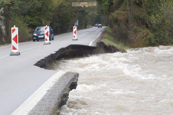 Cestu do Jasnej riadi polícia striedavo v jednom jazdnom pruhu.