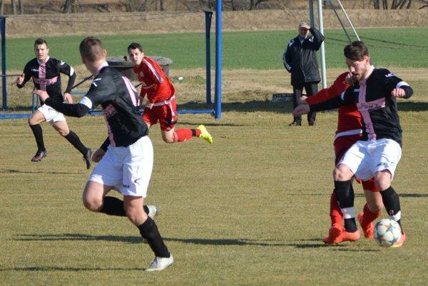 Michal Béger (s loptou) strelil na ihrisku v Čeľadiciach dva góly.