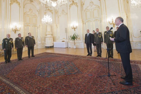 Prezident SR Andrej Kiska (vpravo) vymenoval a povýšil generálov Ozbrojených síl SR 2. mája 2017 v Bratislave.