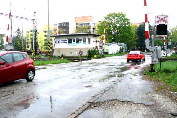 Na zdevastovanom priecestí sa má vyriešiť aj bezpečnejší prechod chodcov.