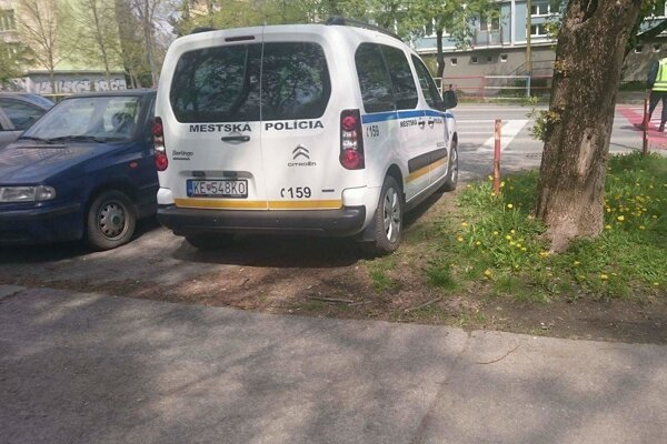 """Bola to tesnotka. Spod pravého zadného kolesa policajného auta evidentne trčí tráva, takže zeleň predsa len """"lízlo"""". Ktovie, či by to bolo na pokutu, keby takto parkovali """"civili""""."""
