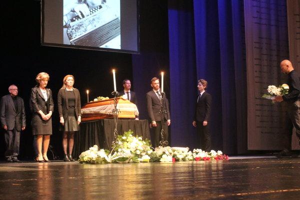 Posledná rozlúčka s Oľgou Hudecovou v Divadle Andreja Bagara.