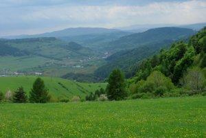 Pohľad smerom k Šindliaru, v pozadí Roháčka v Čiernej hore.