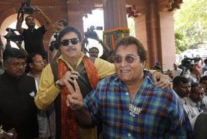 Vinod Khanna (vpravo).