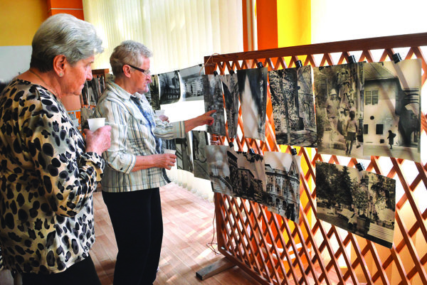 Klienti domova. Ako prví si výstavu pozreli seniori zo Strediska sociálnej pomoci mesta Košice.