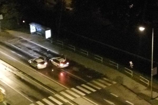 Polícia v noci blokovala Hospodársku ulicu.