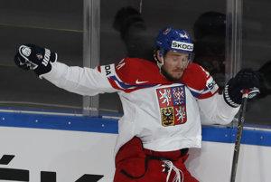 Jegor Šarangovič padá na ľad po súboji pri mantineli s Tomášom Kundrátkom.