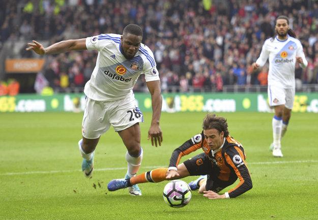 Lazar Markovič (vpravo) z Hull City padá na trávnik po súboji s Victorom Anichebem.