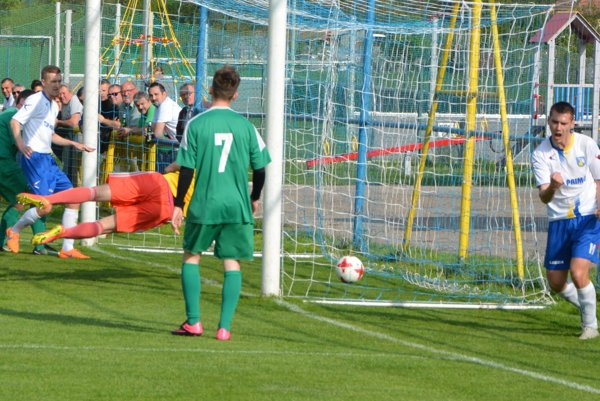 Masarovič (vľavo v bielom) zvyšuje na priebežných 2:0, vpravo sa z gólu raduje Soboňa.