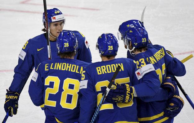 Hokejisti Švédska sa tešia po jednom z gólov do siete Nemecka.