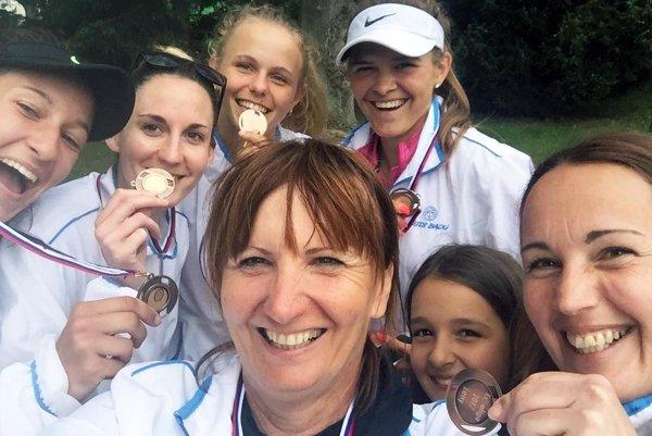 Nitrianske ženy sa tešili z bronzových medailí. Zľava Maluniaková, M. Pochabová, Stankovská, Petrovická, vpredu P. Pochabová, Andrea Hradecká a pri nej dcéra Lucia.