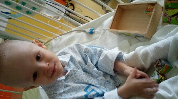 Lukáško sa narodil s ojedinelou chorobu.