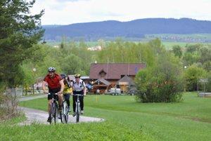 Cyklisti. Stúpajú z turistického strediska Podlesok na Kláštorisko.