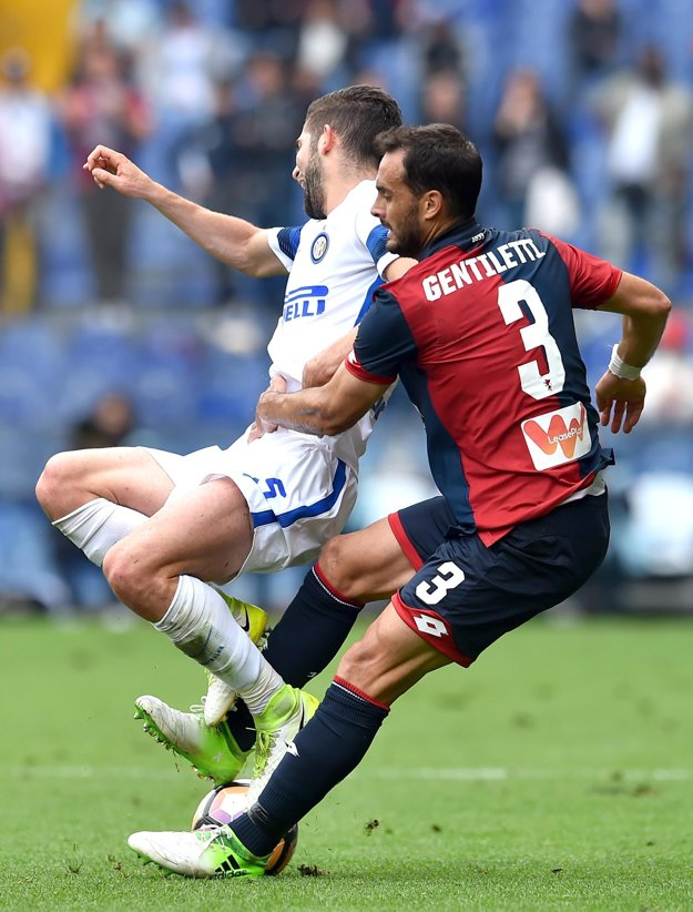 Roberto Gagliardini (vľavo) z Interu Miláno padá po súboji so Santiagom Juanom Gentillettim.