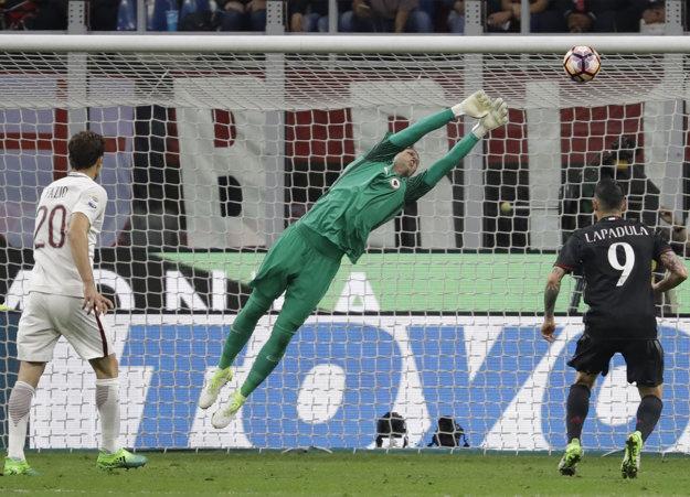 Brankár AS Rím Wojciech Szczesny vytláča nad bránu jednu zo striel hráčov AC Miláno.