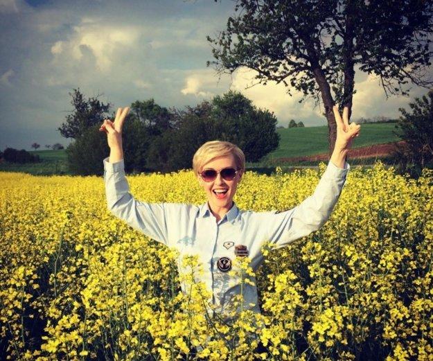 Vždy usmievavé sestry. Kým si Kvetka Horváthová počas nakrúcania Farmy dopriala slnečný kúpeľ uprostred poľa, jej sestra Lucia Barmošová sa práve vyliahla v bratislavskej zoo.