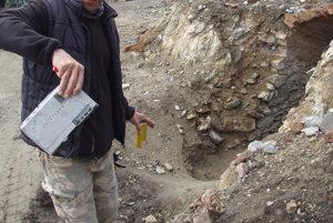 Archeológ Róbert Daňo s diktafónom Tesla, ktorý našli v pivnici.