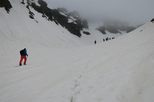 Divou kotlinou sa vydala aj partia snowboardistov a niekoľko skialpinistov.